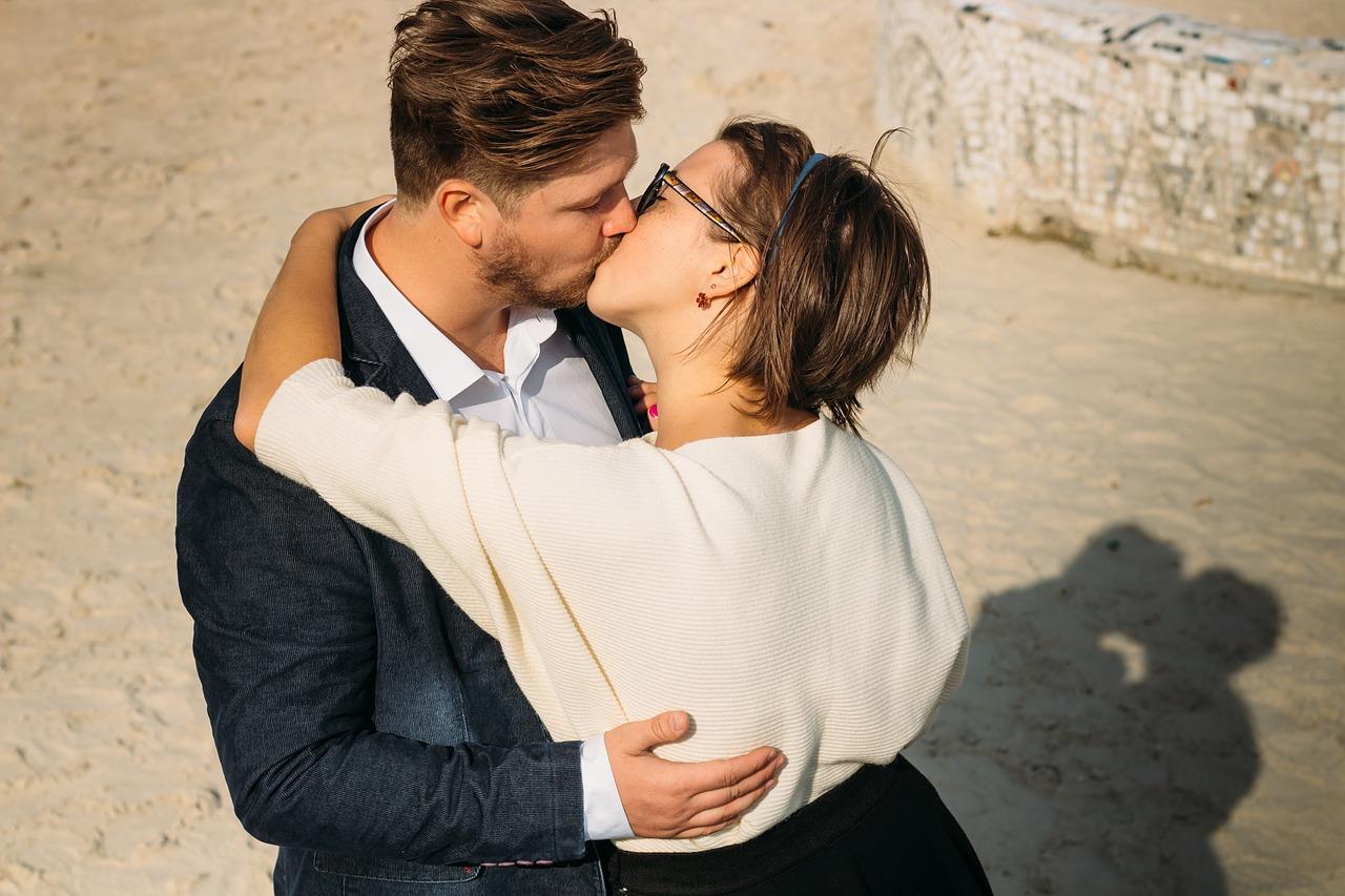 激しいキスをするカップル