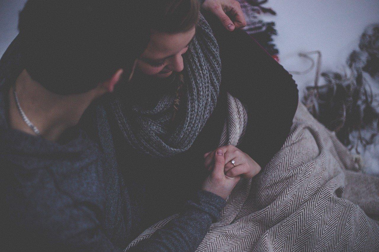 抱きしめ合うカップル