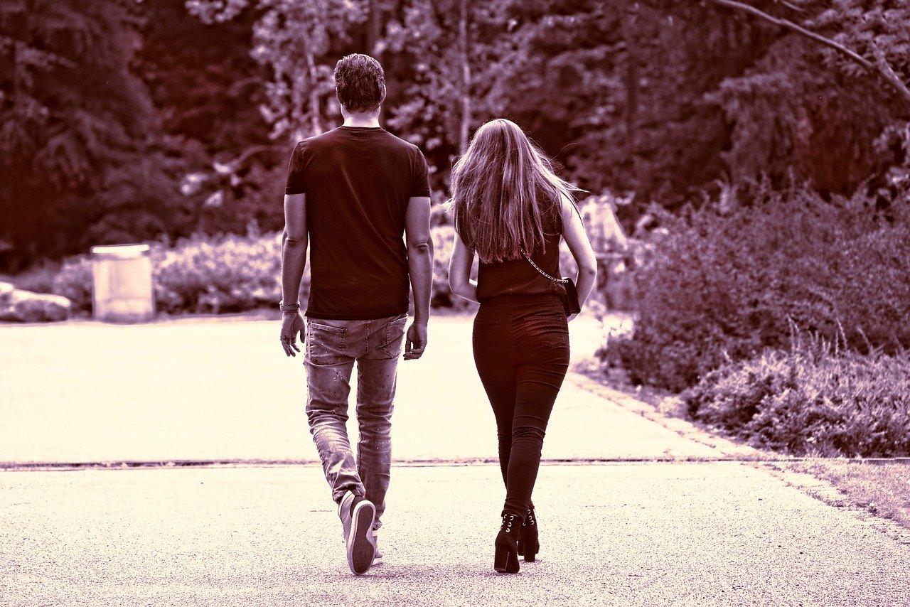 歩いているカップル