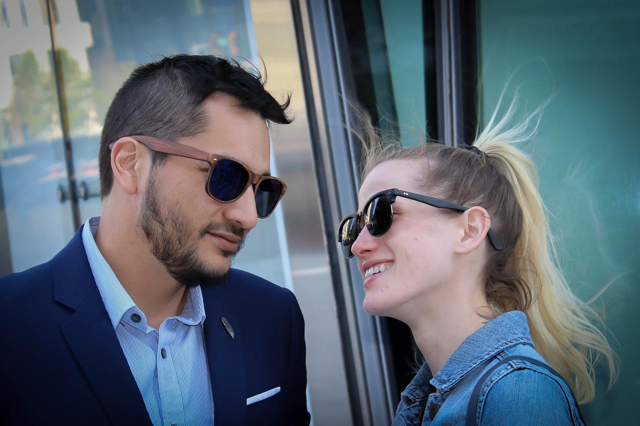 見つめ合うサングラスのカップル