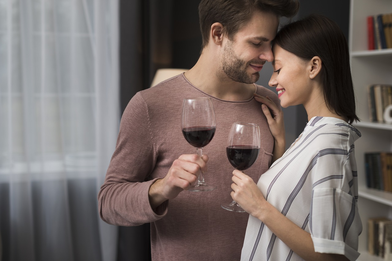 ワイングラス片手に抱き合うカップル