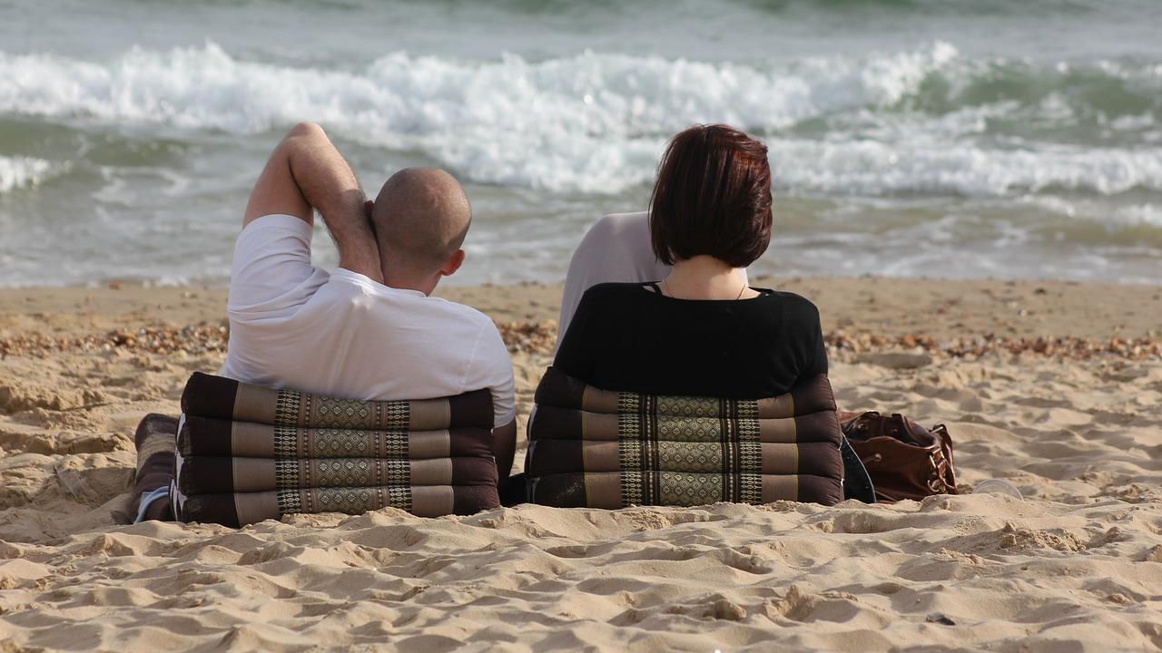 浜辺でまったりするカップル