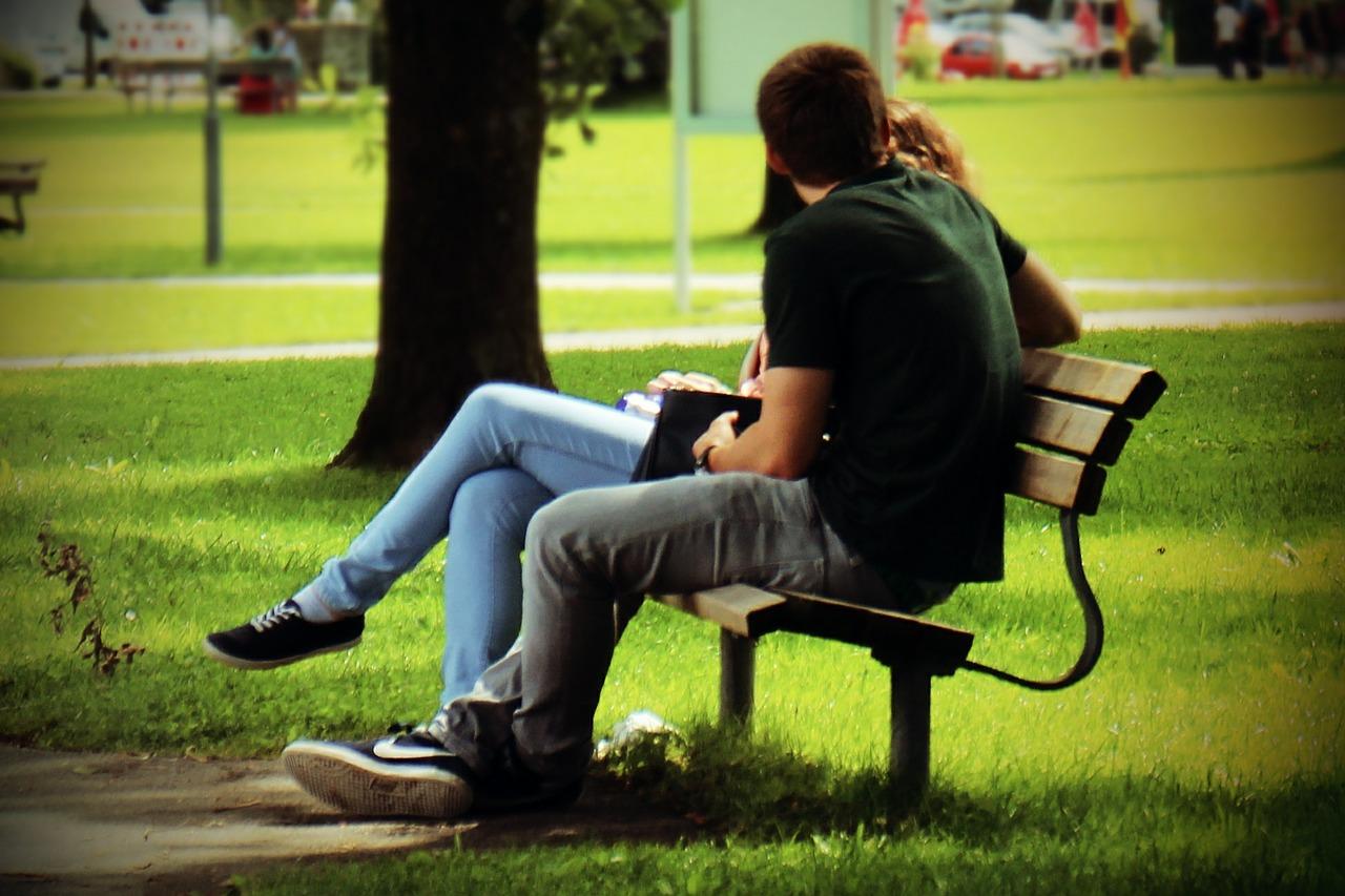 ベンチでくつろぐカップル