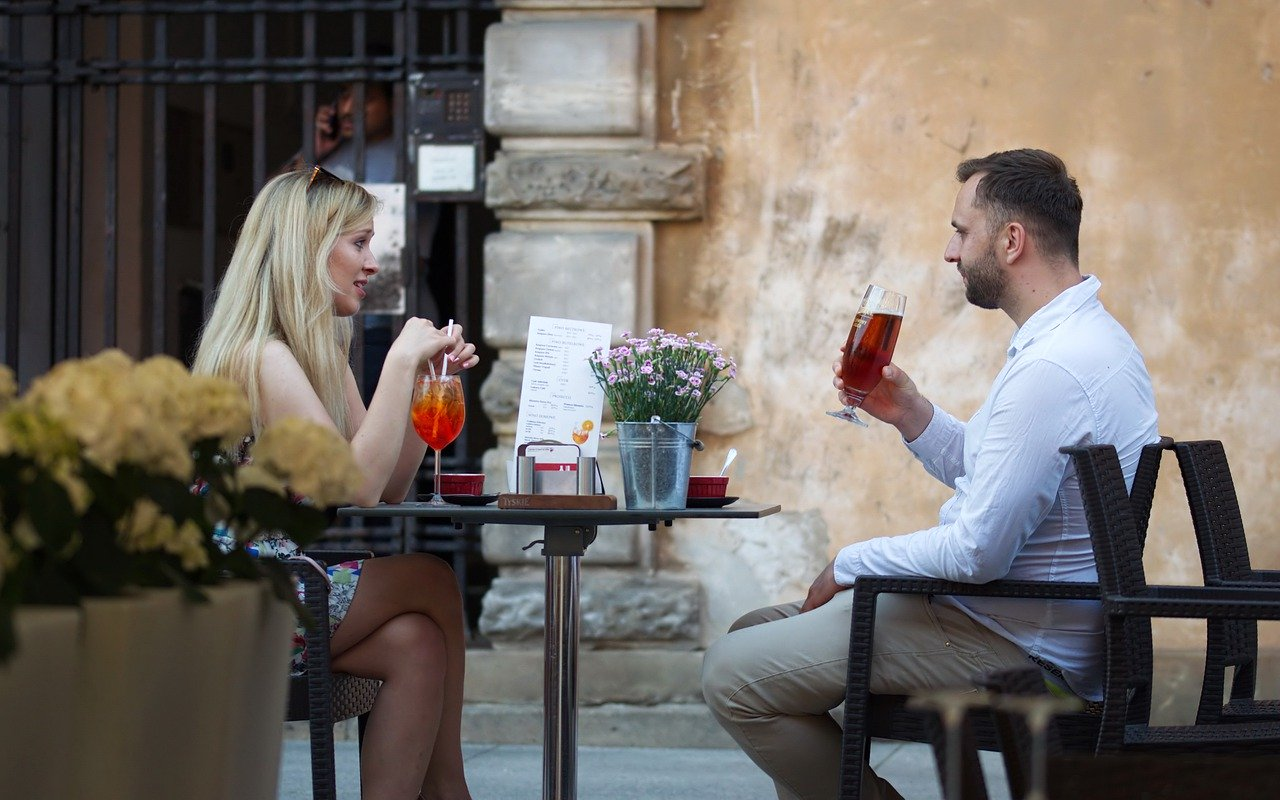 カフェを楽しむカップル