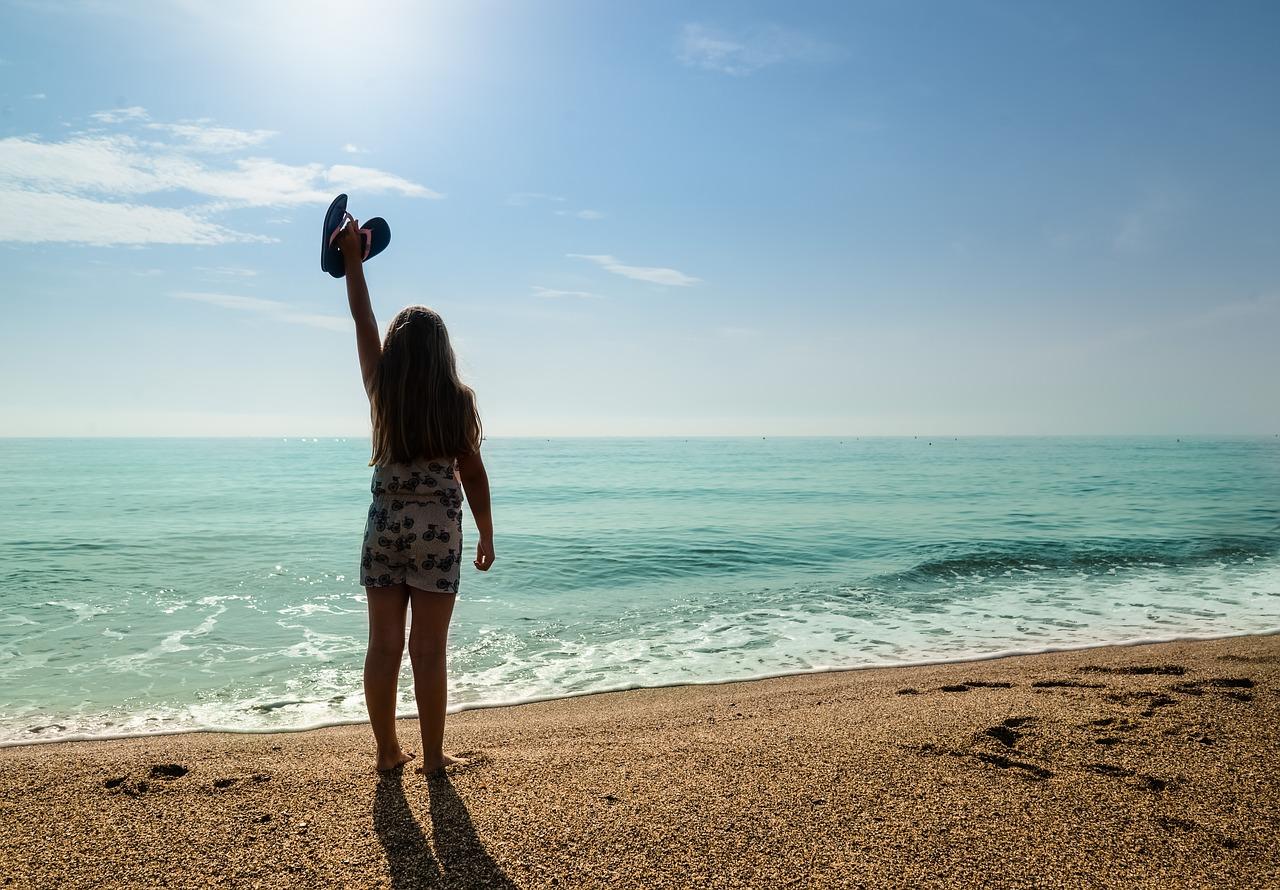 浜辺で手を振る女性