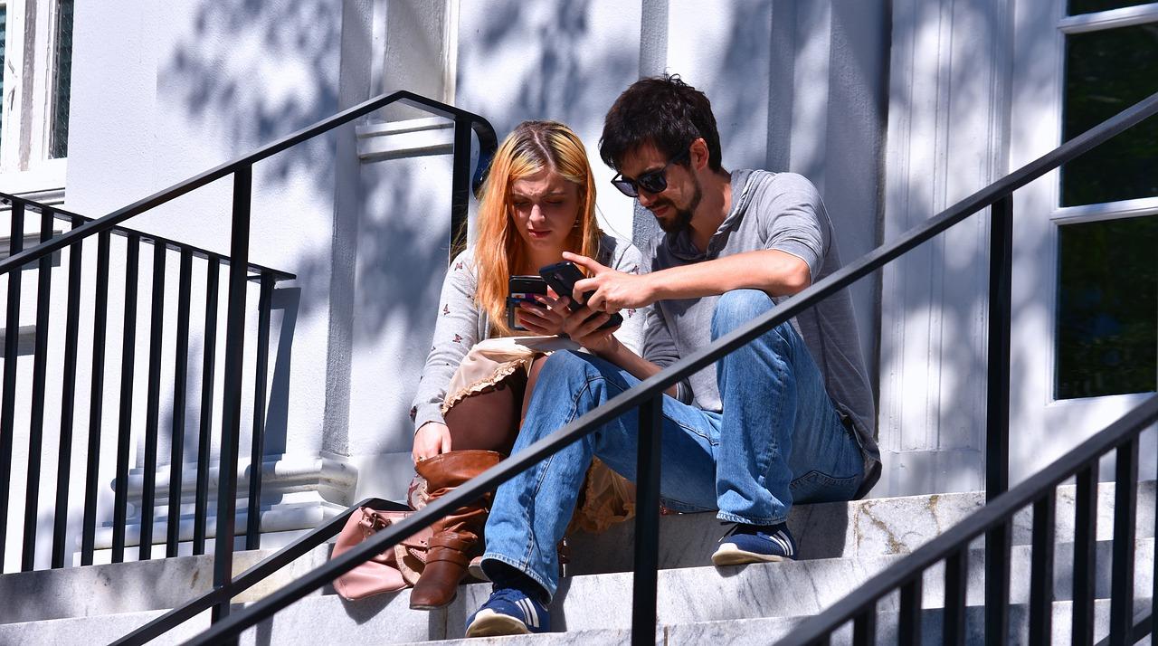階段で座るカップル