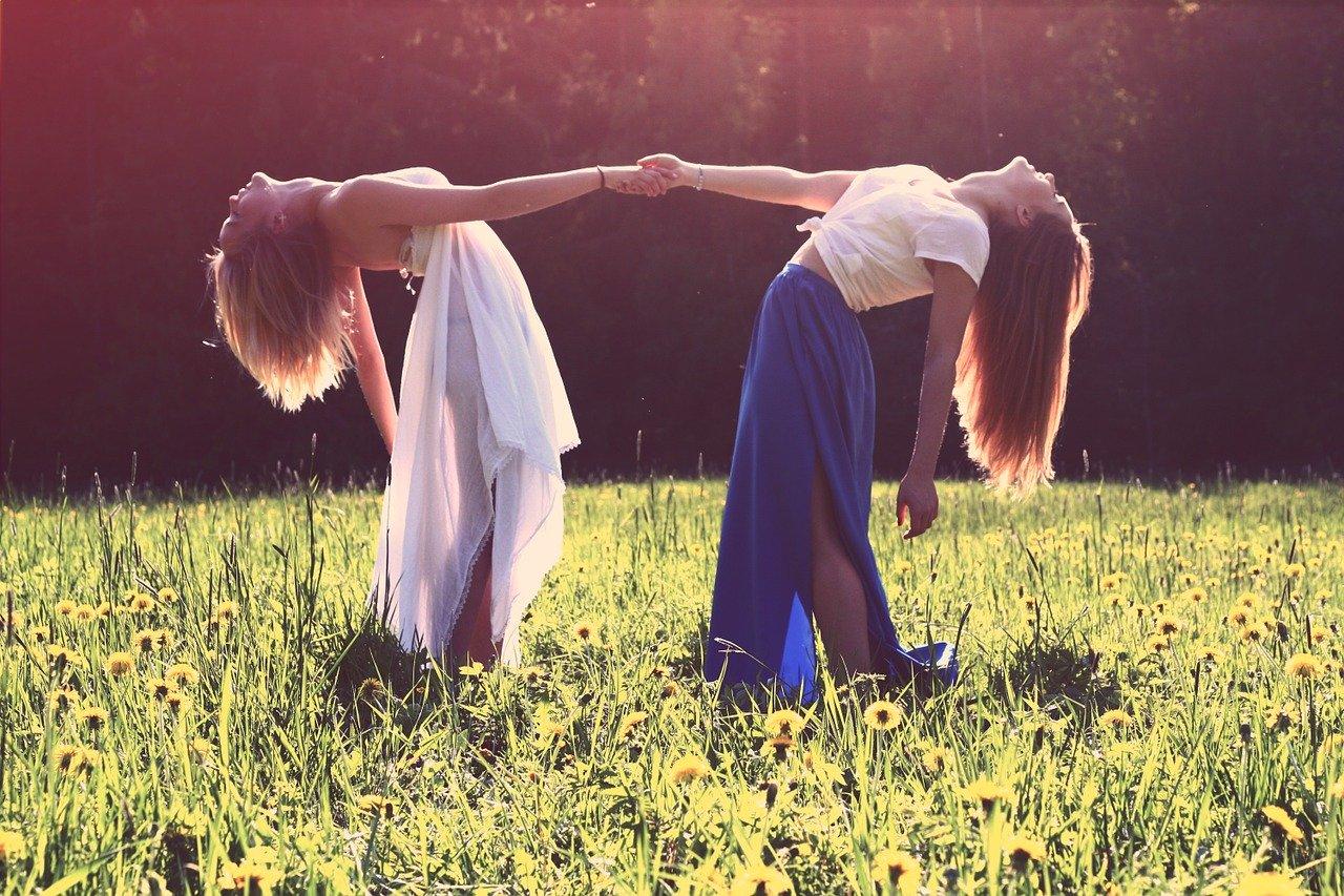 手を取り合う女性二人