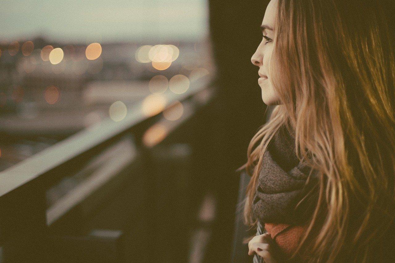遠くを眺める美女